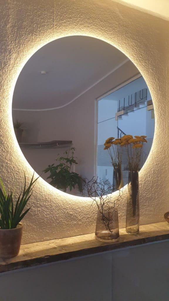 Runder Spiegel beleuchtet